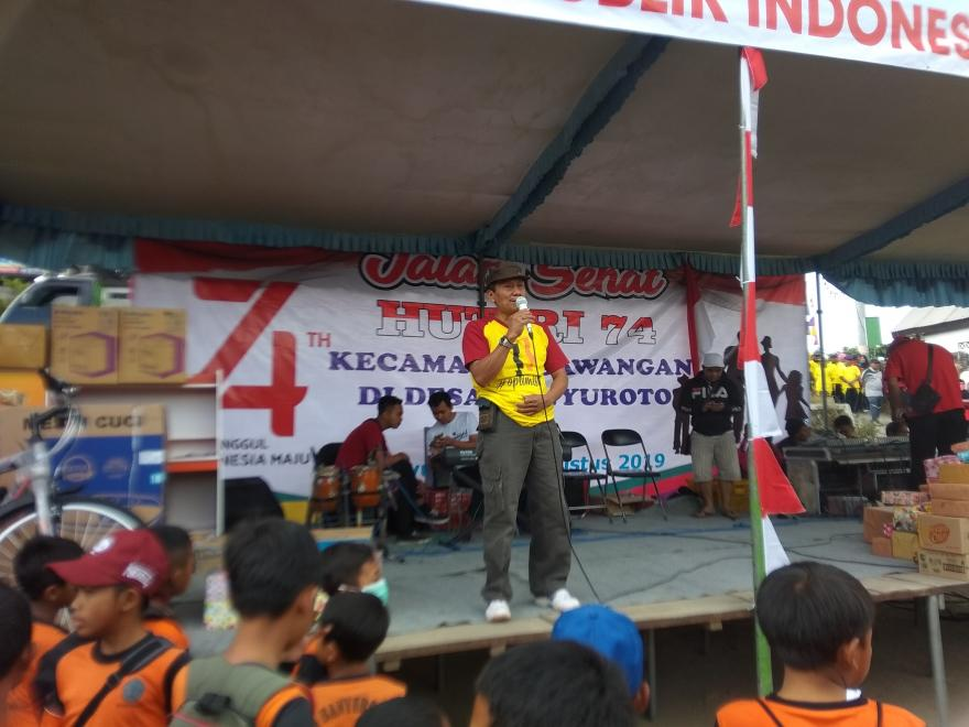 Image : Rayakan HUT Ke-74 RI,  Camat Sawangan dan Kapolsek Jalan Sehat Bersama di Desa Banyuroto